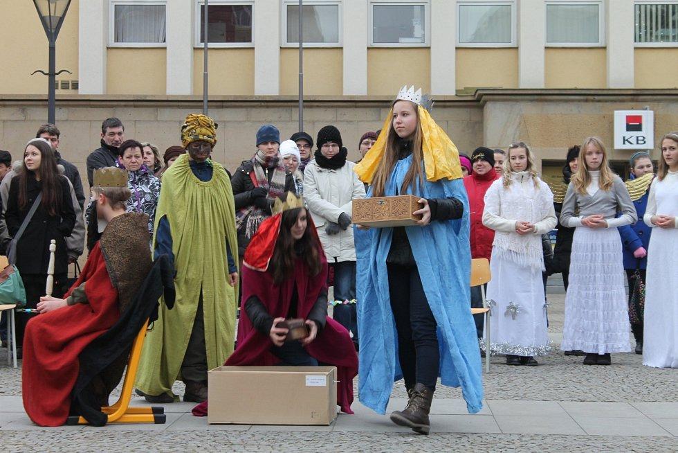 Starý příběh u vánočního stromu ztvárnili studenti blanenského gymnázia.