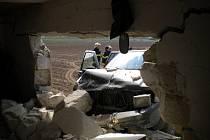 Řidič jel po poli, naboural do garáže ve Spešově a utekl.