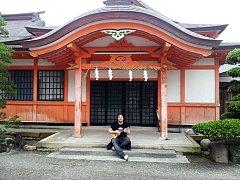 Hudebník Michal Reich hrál kolemjdoucím v druhém největším šintoistickém chrámu v Japonsku Usa Jingū na ukulele.