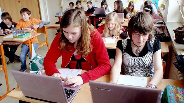 Na základní škole v Jedovnicích všem žákům v obou šestých třídách místo sešitů a učebnic nakoupili notebooky.