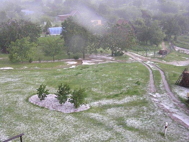 Silné krupobití ničilo úrodu v okolí Brťova-Jenče.