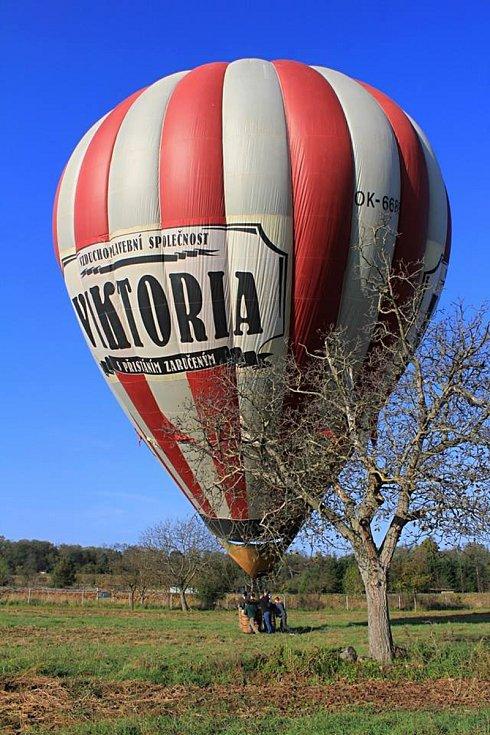 Miroslav Borkovec z Nýrova pracuje jako obchodník v továrně na výrobu horkovzdušných balonů. Je jednatelem vzduchoplavební společnosti Viktoria, která nabízí vyhlídkové lety převážně na jižní Moravě. Za sebou má bezmála šest set letů.