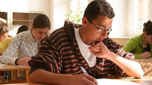V pondělí začaly na blanenském gymnáziu přijímací zkoušky na osmileté a čtyřleté studium. Ze šestasedmdesáti uchazečů o osmileté studium bude přijato prvních šedesát, z devětačtyřiceti uchazečů o čtyřleté studium přijme gymnázium studentů třicet.