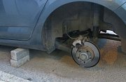 Řidič našel auto v adamovské ulici Sadová na kostkách. Bez kol.