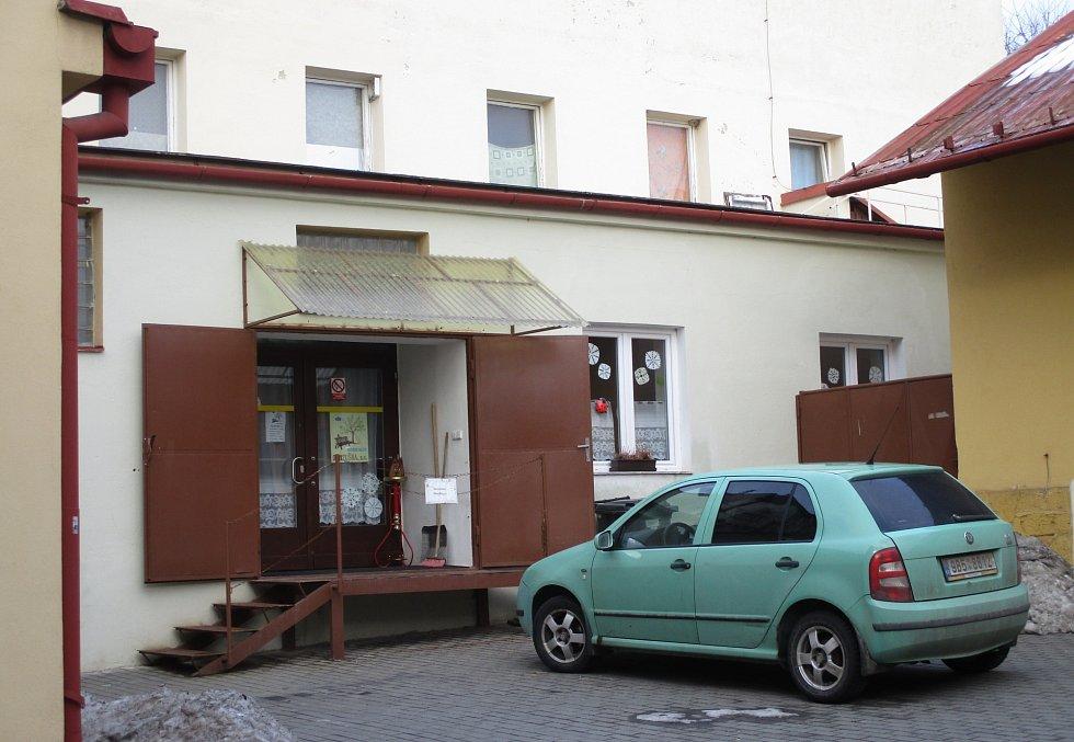 Seniro klub Zlatuška sídlí v zadním traktu zchátralé budovy v boskovické ulici Havlíčkova. Vchod je ze dvora. O prostory se dělí s ubytovnou, která nabízí levný noclech. Vesměs lidem na okraji společnosti nebo zahraničním dělníkům.