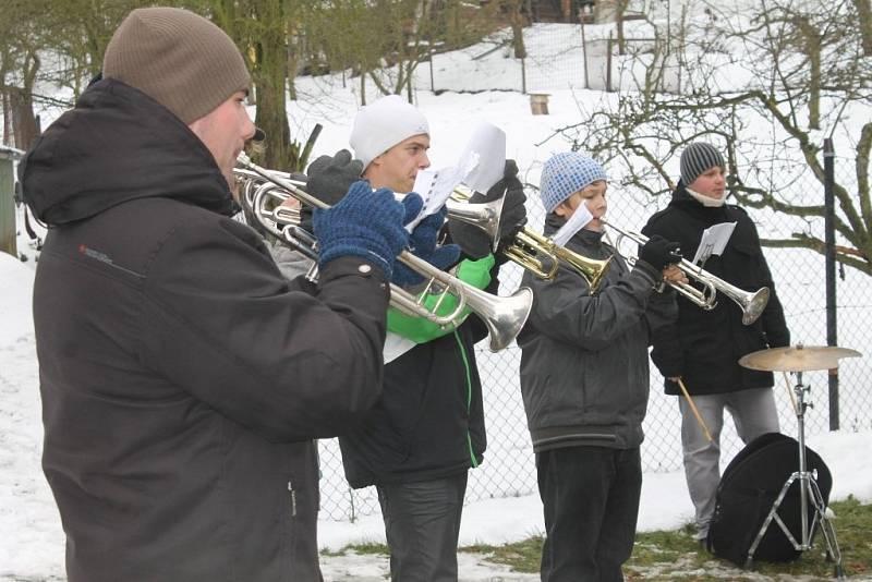 Dechový orchestr Malohanácká muzika vyrazil na tradiční předvánoční koncertní šňůru. V deseti vesnicích a městech na Velkoopatovicku a Jevíčsku hrál koledy.