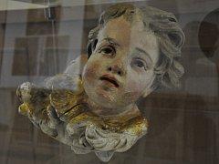 Ve křtinském zámku jsou v těchto dnech k vidění restaurované sochy andělů z chrámu Jména Panny Marie.
