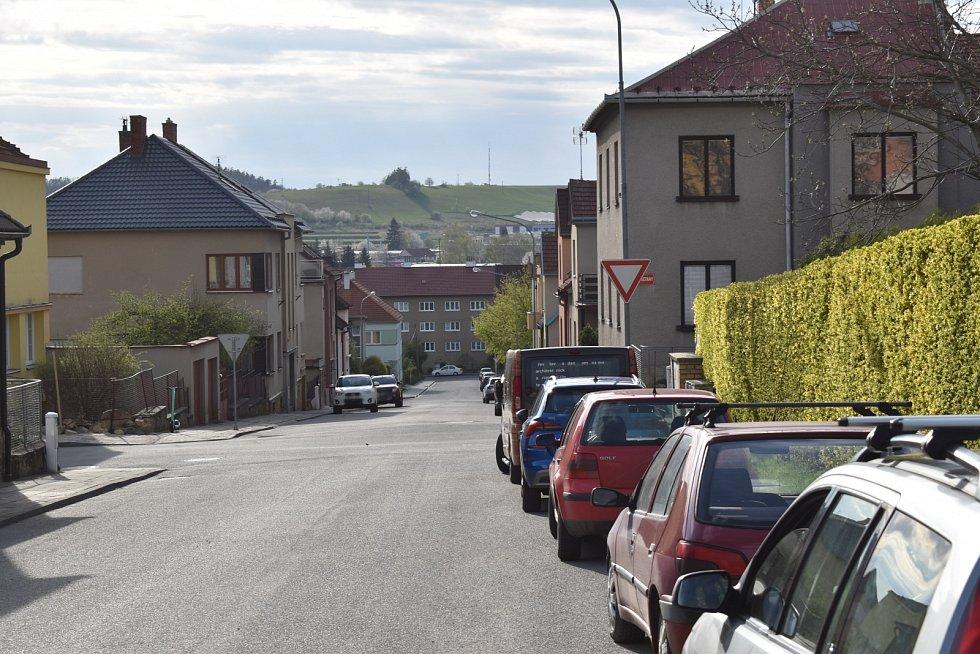Na křižovatce boskovických ulic Legionářská a Bedřicha Smetany bourají auta. Místní navrhují retardér.