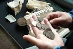 Při opravě kaple ve Vratíkově vyzvedli starou schránku. Byly v ní schované noviny z roku 1904 a peníze.