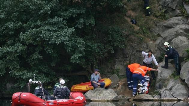 Hasiči na motorovém člunu a s horolezeckými lany zasahovali v pondělí odpoledne krátce po čtvrté hodině v blanenském lomu. Přijeli na pomoc dvěma lidem - muži, který spadl ze skály do vody a ženě, která zůstala na skalní stěně uvězněná bez možnosti pohybu