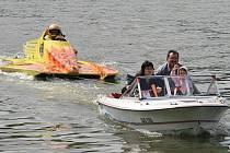 Piloti na motorových člunech mají za sebou na Olšovci po sobotě první rozjížďky mezinárodního závodu.