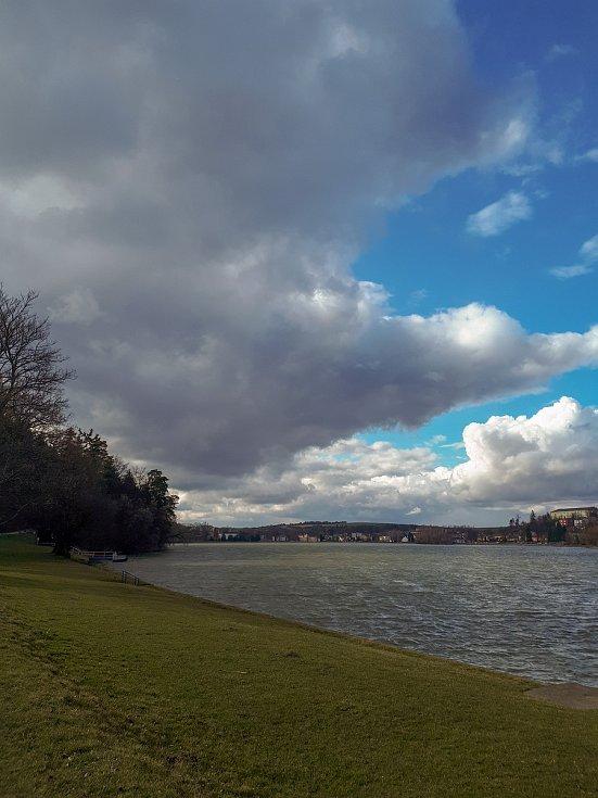 Z procházek kolem jedovnického rybníka Olšovec.