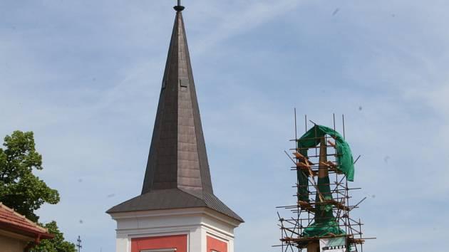 Věž rajeckého kostela.
