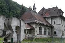 Památník založení prvního Dělnického domu v Adamově stál vedle historické budovy Skalního sklepa od začátku sedmdesátých let minulého století.