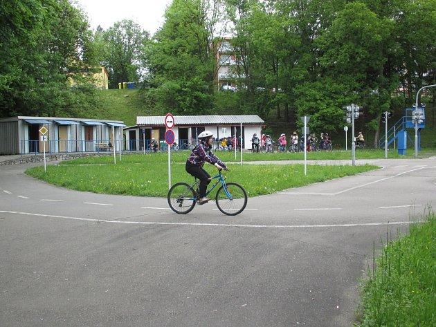 Dětské dopravní hřiště v Blansku bude nově patřit městu Blansku. Opraví plot a likusáky.