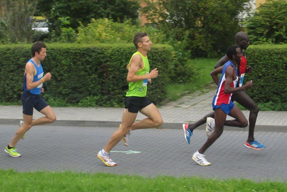 V hlavním závodě startovalo na Půlmaratonu Moravským krasem v Blansku přes jedenáct set běžců.