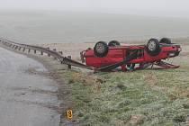 Řidička dostala na zledovatělé silnici smyk a auto se převrátilo na střechu.