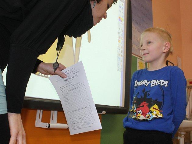 Předávání pololetního vysvědčení prvňáčkům v Základní škole Erbenova Blansko.