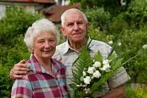 Šedesát let spolu. Se snubními prstýnky na rukou. Manželé Lubomír a Dana Stříbrčtí z Blanska oslaví v sobotu diamantovou svatbu.