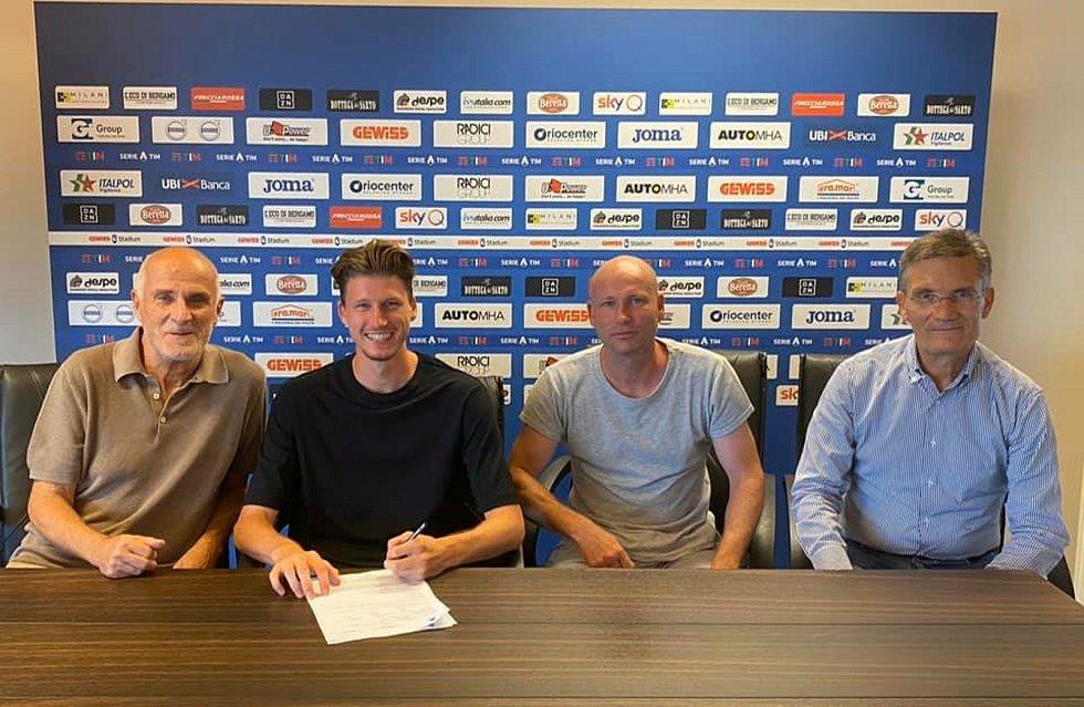 Fotbalista Lukáš Vorlický (druhý zleva) při podpisu nové smlouvy v Atalantě Bergamo.