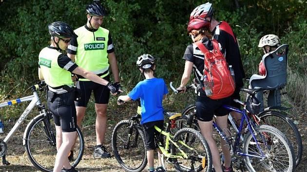 Policisté vyjeli za cyklisty na kolech.