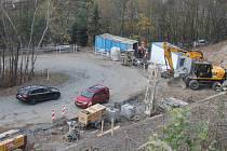 Dělníci se po dvou měsících vrátili do serpentin pod Klepačovem. Postaví opěrné zdi a zajistí svahy. Silnice má být opravená do konce roku.