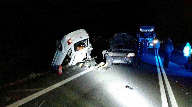 Nehoda tří osobních aut zablokovala vúterý před šestou večer provoz na nejrušnějším silničním tahu na Blanensku. Na silnici I/43 zBrna do Svitav poblíž odbočky na obec Voděrady. Při nehodě se zranili dva muži středního věku.