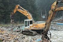Bagry zbouraly zázemí v bývalém rekreačním středisku Žalov v Hodoníně u Kunštátu.