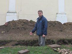 Archeologický výzkum u kostela svatého Martina v Blansku pokračuje. Druhý výkop vedl podél zdi kostela