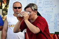 V Okrouhlé v sobotu soutěžili v pití piva na čas.