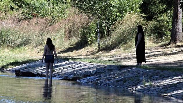 Rybník v Ostrově u Macochy lidé letos poprvé po několika letech využívají ke koupání.