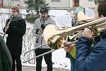 Dechový orchestr Malá Haná vyrazil na Blanensko a Svitavsko na tradiční předvánoční koledování. Už po osmnácté. Navštívil osm míst. Před nedělním polednem hrál ve Světlé (na snímcích) u tamní kapličky.