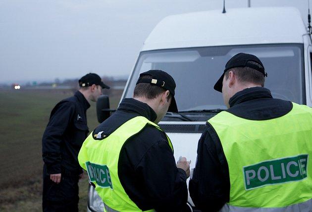 Za prvních šest hodin akce zkontrolovali policisté dva tisíce lidí, zastavili tisíc aut a prošli patnáct vlaků.