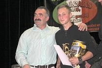 Fotbalista Jan Koudelka (vpravo) při přebírání trofeje na Galavečeru Malé kopané Blansko v Rájci-Jestřebí.