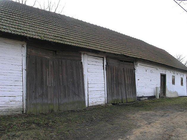 Knínice, průčelí zemědělské usedlosti před památkovou obnovou.