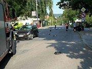 Při nehodě osobního auta a motocyklu v Boskovicích zemřel starší muž.