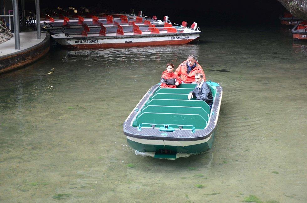 Novou loď do přístavu přenesl speciální jeřáb.