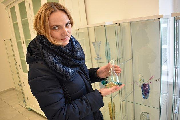 Vázy, skleničky, misky, dekorace. Odkaz sklářských mistrů, který pro řadu lidí nemá cenu a při vyřizování pozůstalostí často končí vpopelnicích. Pro Annu Kaderkovou, která pochází zVelkých Opatovic, naopak poklad do její sbírky skla.
