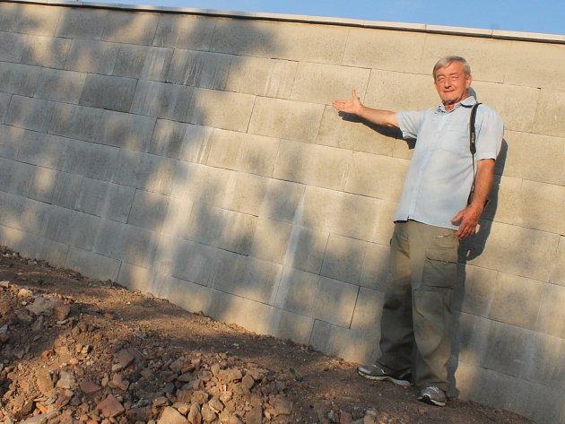Muži ze Šebetova se nelíbí jeho nová betonová zeď.