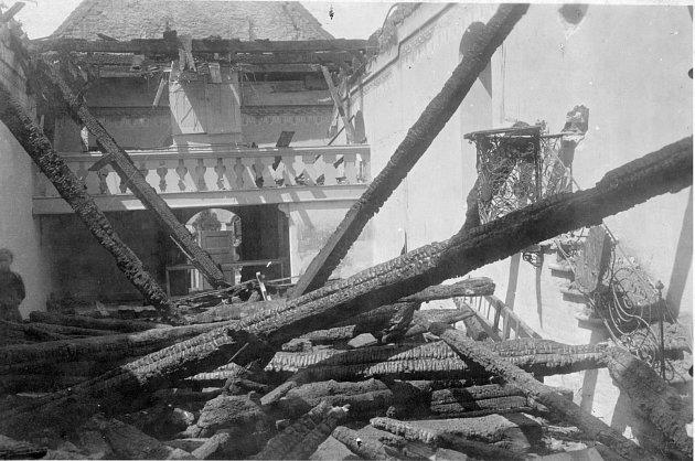 Vroce 1916kostelík vážně poničil požár.
