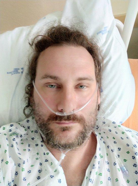 """Oboustranný zápal plic způsobený koronavirem. S takovou diagnózou skončil nedávno v nemocnici v brněnských Bohunicích Jan Komínek z Blanska. """"Zachránilo mě až experimentální antivirotiku Remdesivir. S jeho podáním jsem neváhal ani minutu a souhlasil. Dese"""