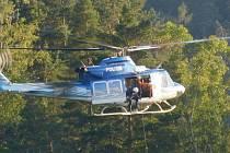 Záchranář na laně se z paluby vrtulníku spouští ke skalní stěně v blanenském zatopeném lomu. Zanedlouho vytahuje muže, kterého vrtulník transportuje k sanitce. Takovou scénu sledovali v úterý po sedmé hodině večer lidé z Blanska.