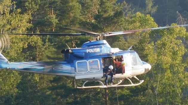 Drama nad lomem v Blansku: ze skály ho zachraňoval vrtulník, a ještě se vzpouzel