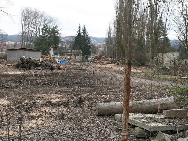 V areálu mezi atletickým a baseballovým stadionem funguje už dvanáct let sklad dřeva a výrobna šindelů.