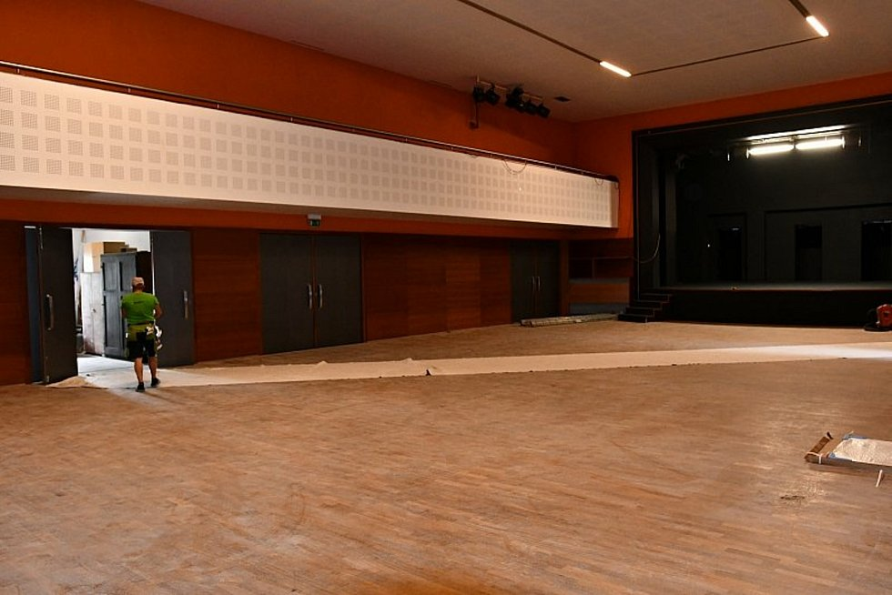 Do oprav Dělnického domu investovala blanenská radnice v uplynulé dekádě kolem dvaceti milionů korun. Budova má sice moderní vzhled, sály i galerii, ale léta se potýkala s vlhkostí.