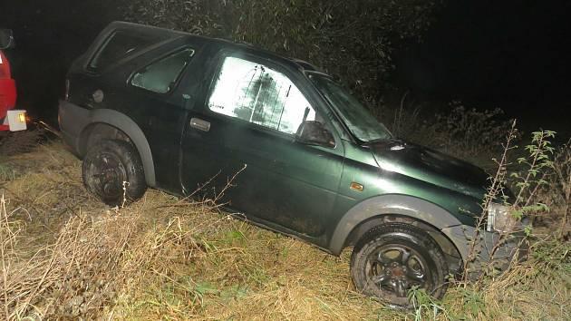 Muž vjel na Boskovicku s terénním autem do rybníka. Nadýchal přes dvě promile.