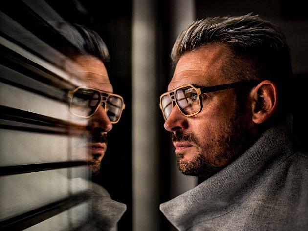 Fotograf Miloš Nejezchleb zJedovnice se věnuje umělecké tvorbě. Převážně takzvané konceptuální fotografii. Jeho snímky nesou rozpoznatelný rukopis svýraznými barvami, symetrií a prvky minimalismu. Získal řadu ocenění doma ivzahraničí.