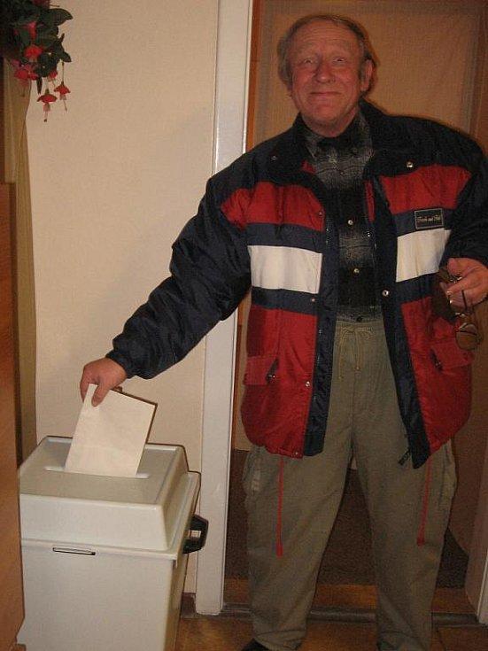 Odpůrci výstavby fotovoltaické elektrárny v Olomučanech v obecním referendu zvítězili.