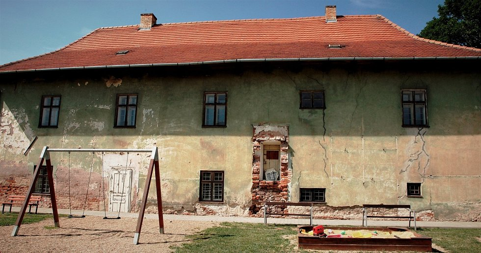 Pavel Jirásek zchátralou kulturní památku koupil od obce. Nyní se ji s pomocí rodiny a přátel snaží obnovit.