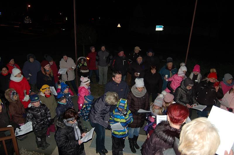 Poprvé zpívali koledy v projektu Deníku Rovnost Česko zpívá koledy také lidé v obci Žďár. Přišlo jich přes osmdesát. Organizátoři jim před obecním úřadem připravili čaj a vánočku.